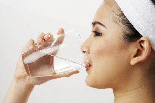 Uống nước ấm giảm chứng đau đầu do viêm xoang