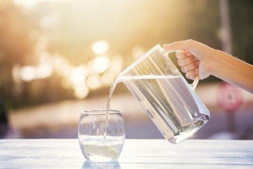 Uống đủ nước giúp giảm thiểu chứng đau đầu hiệu quả
